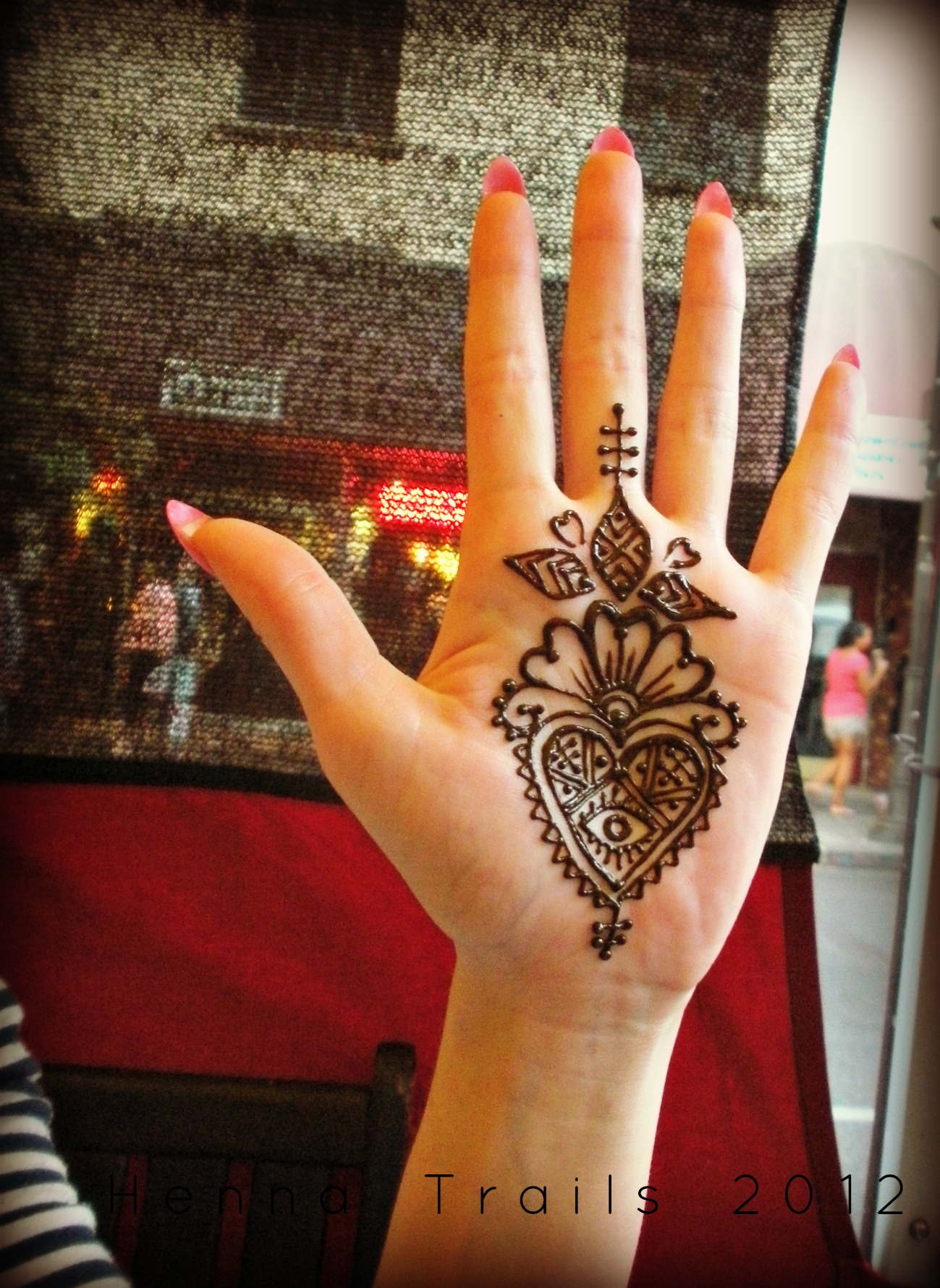 Mehndi Hand With Eye : Moroccan style eye in heart henna trails