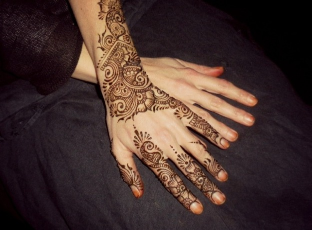 I have applied my purely natural henna paste in an Arabic floral motif on my hands. I will leave this paste intact for 6 hours for quality henna stains.