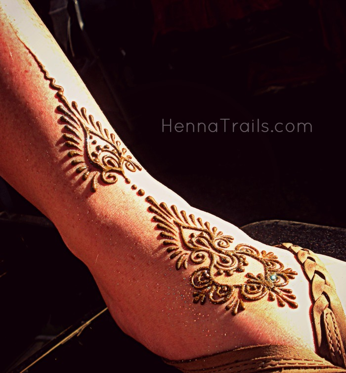 Purely natural henna with a dusting of cosmetic glitter at the Thursday Night Market in Chico, California